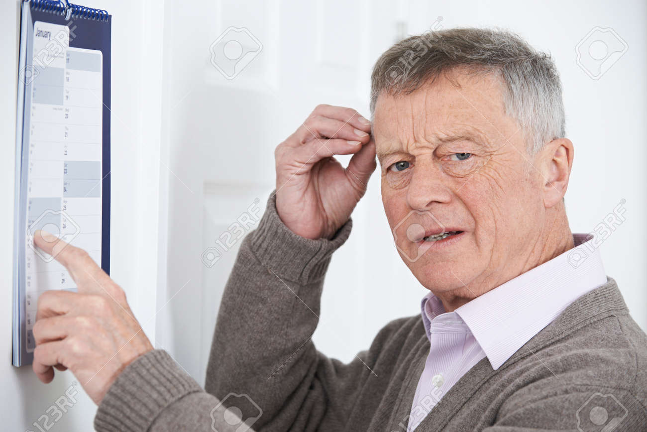 Confused Senior Man With Dementia Looking At Wall Calendar Banque d'images - 54904658