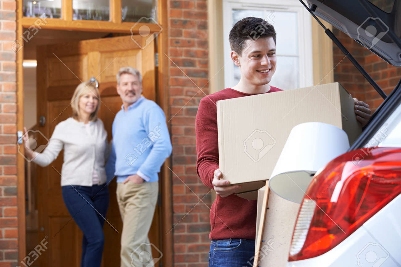 Adult Son Moving Out Of Parent's Home Banque d'images - 54904766