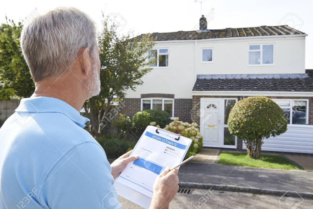 Builder Preparing Estimate For Exterior Home Improvement Banque d'images - 54906461