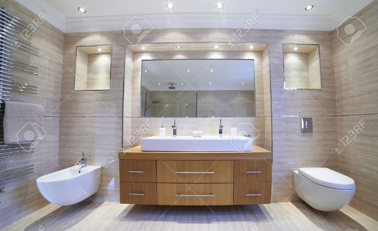 Interior View Of Beautiful Luxury Bathroom Banque d'images - 54906582
