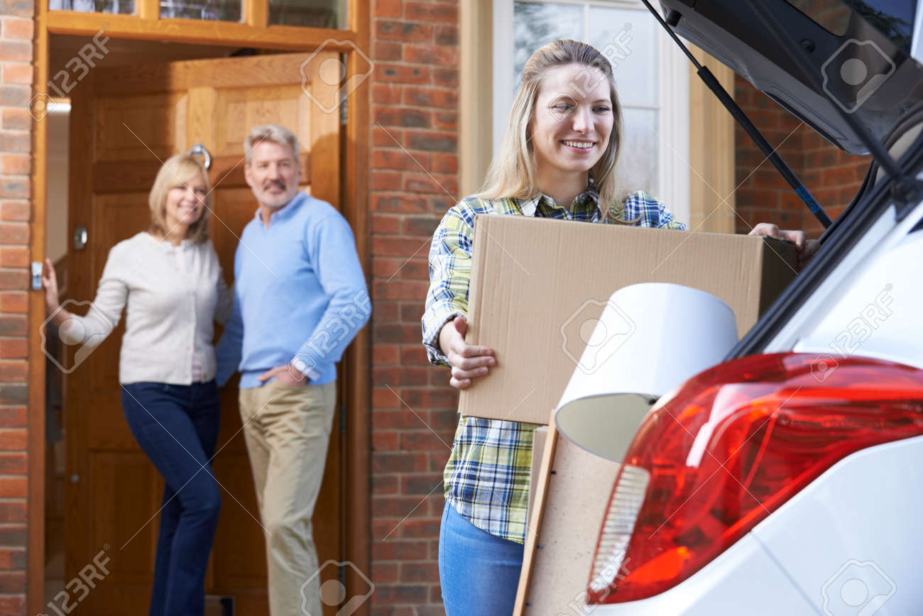 Fille adulte Moving Out Of Home Parent Banque d'images - 56812345