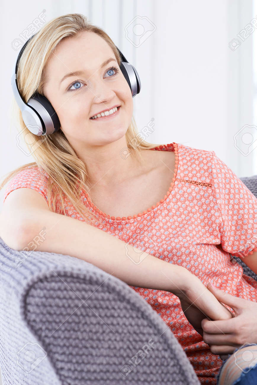 Jeune Femme écoutant De La Musique Sur Le Casque Sans Fil Banque D