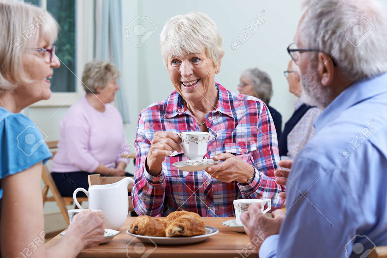 Groupe de personnes âgées réunion au Club Social Banque d'images - 61521217