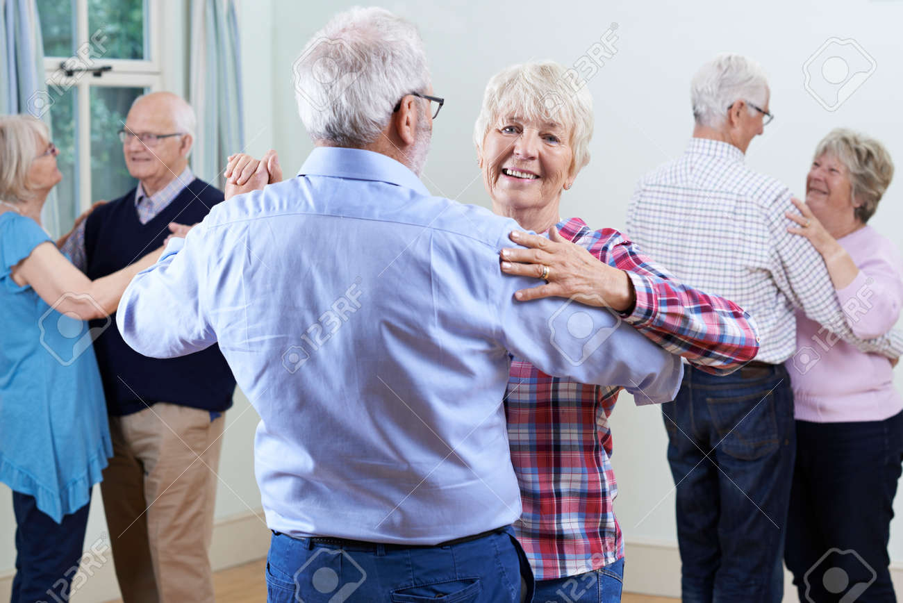 Group Of Seniors Enjoying Dancing Club Together Banque d'images - 61521249