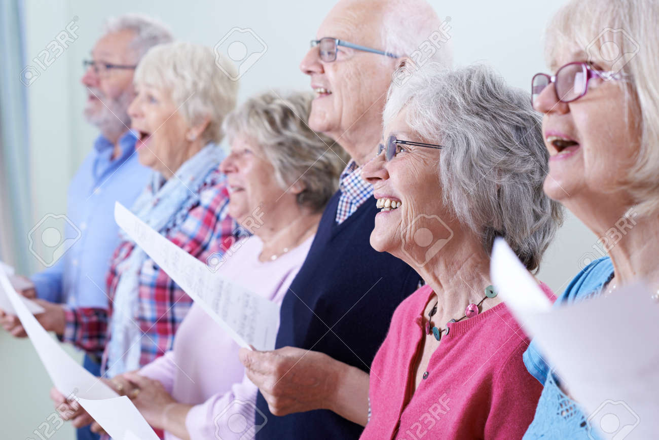 Group Of Seniors Singing In Choir Together Banque d'images - 61521316