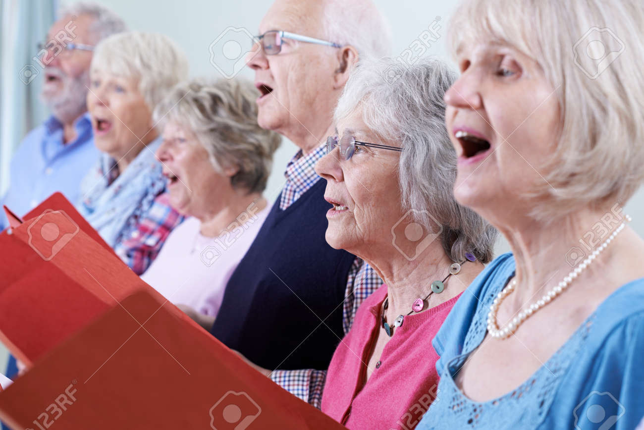 Group Of Seniors Singing In Choir Together Banque d'images - 61521331