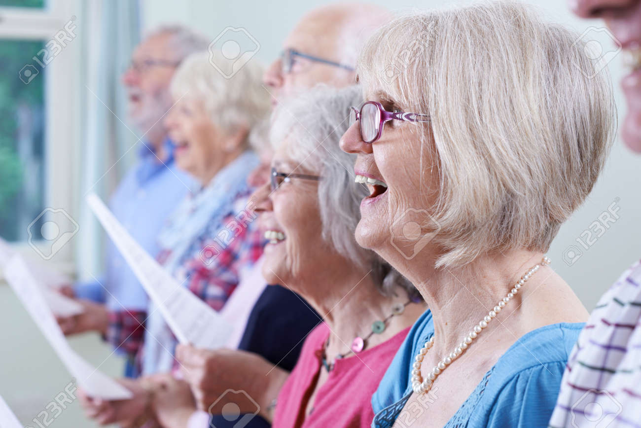 Group Of Seniors Singing In Choir Together Banque d'images - 68449636