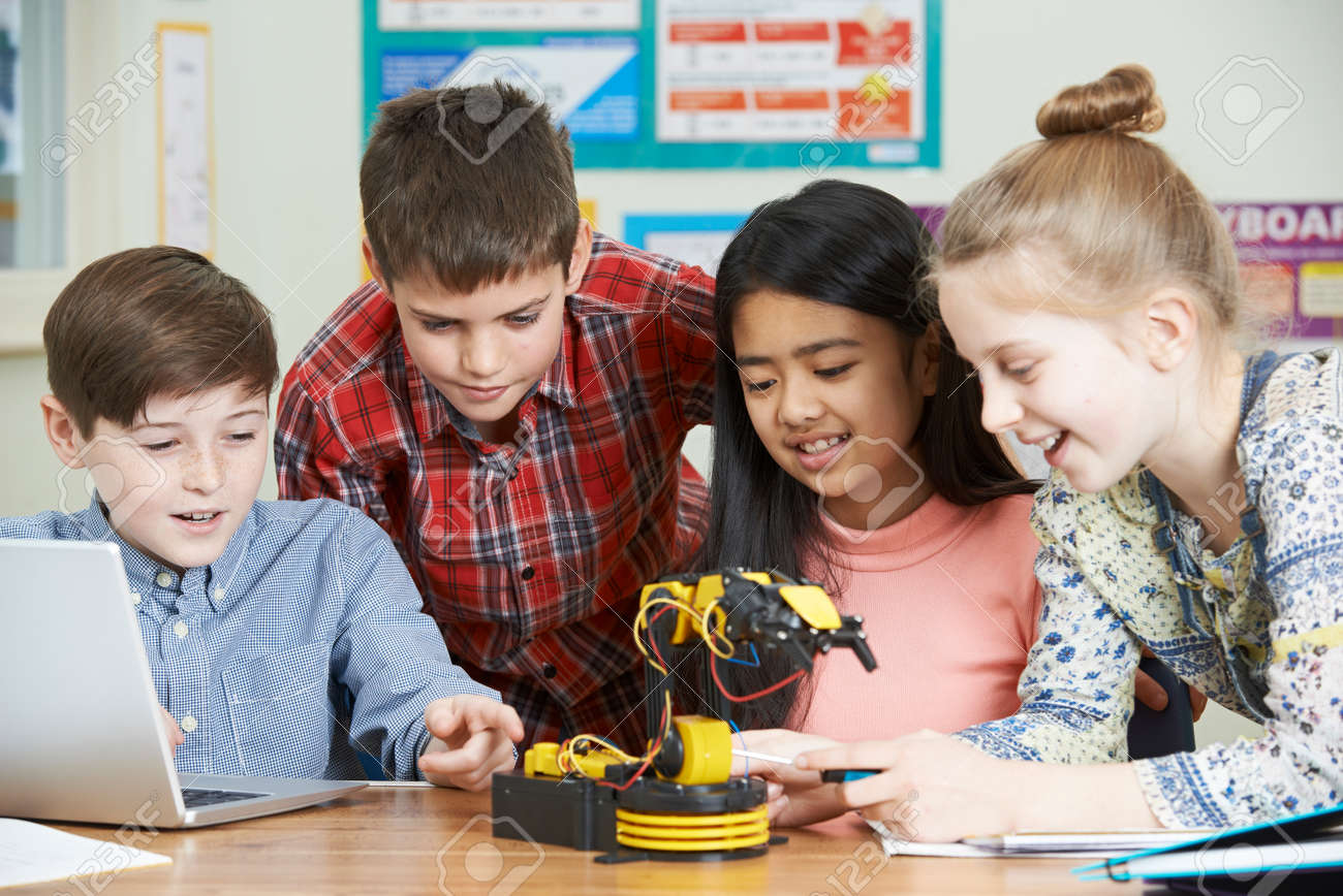 Pupils In Science Lesson Studying Robotics Banque d'images - 69158556