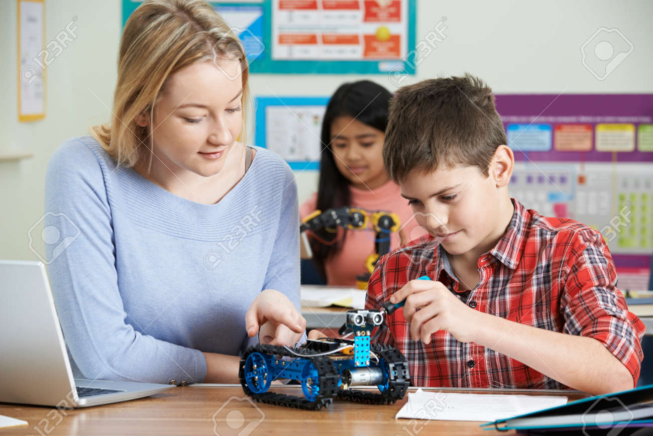 Teacher With Pupils In Science Lesson Studying Robotics Banque d'images - 68764124