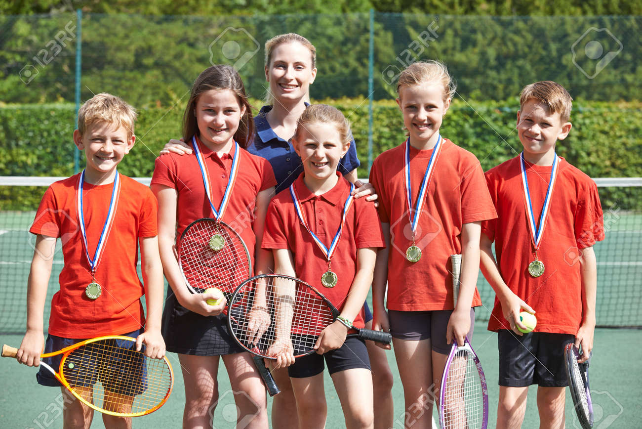Victorious School Tennis Team With Medals Banque d'images - 71241966