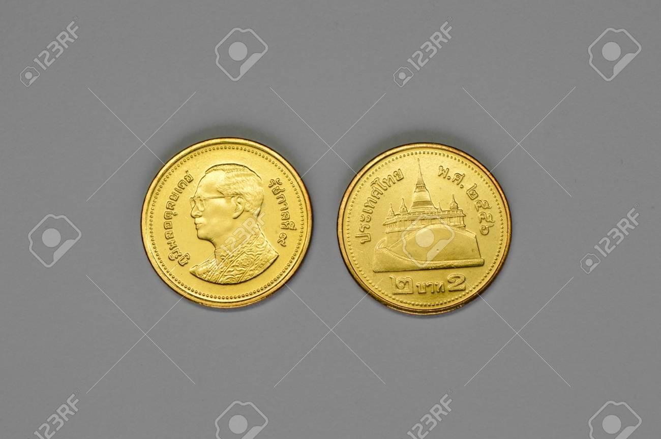 2 Baht Auf Einem Grauen Hintergrund Angeordnet Thai Münzen