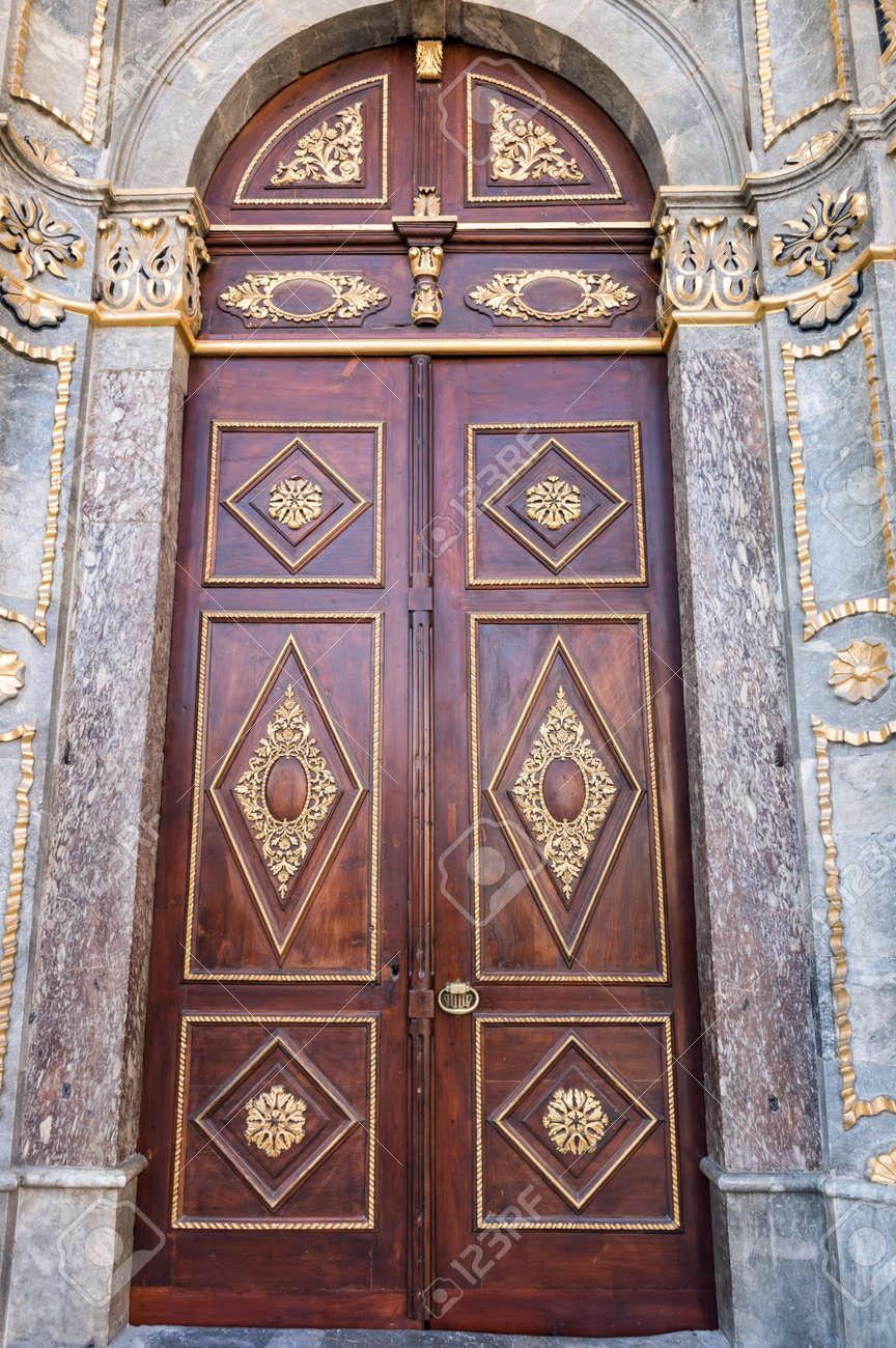Mezquita De Aziziye En Konya Turquia Entrada Principal Con - Puertas-entrada-principal