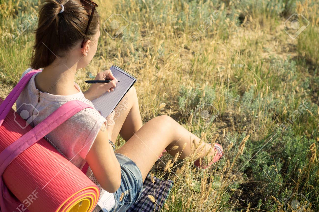 Le Voyageur Tient Un Journal Dans La Randonnee Banque D Images Et Photos Libres De Droits Image 45855826