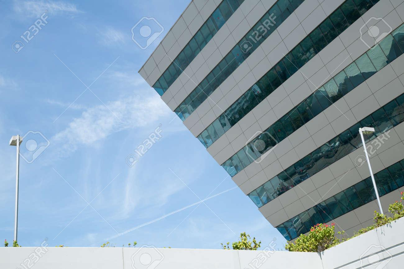 B timent et vert bureau en miroir verre avec le ciel bleu banque d