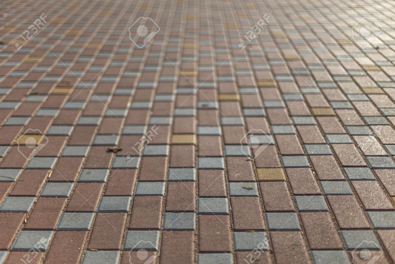 Particolare pavimento sporco pavimentata con piastrelle colorate