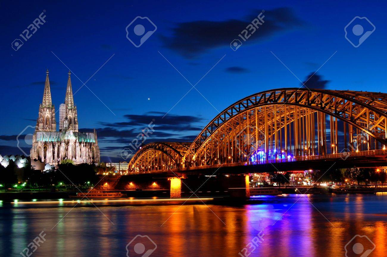 Cathedral and Hohenzollern Bridge -  Cologne/Köln, Germany Standard-Bild - 8667904