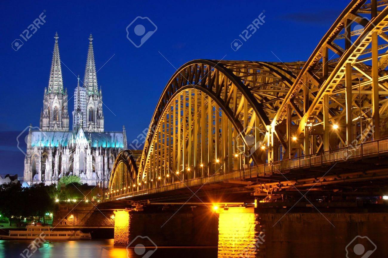 Cathedral and Hohenzollern Bridge -  Cologne/Köln, Germany Standard-Bild - 8667908