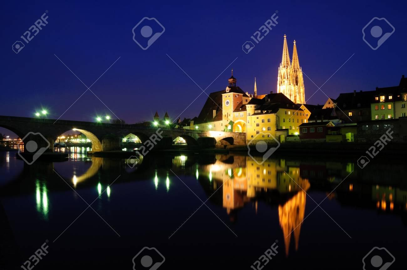 Alte Stadt Regensburg in der Dämmerung, Deutschland Standard-Bild - 9210162