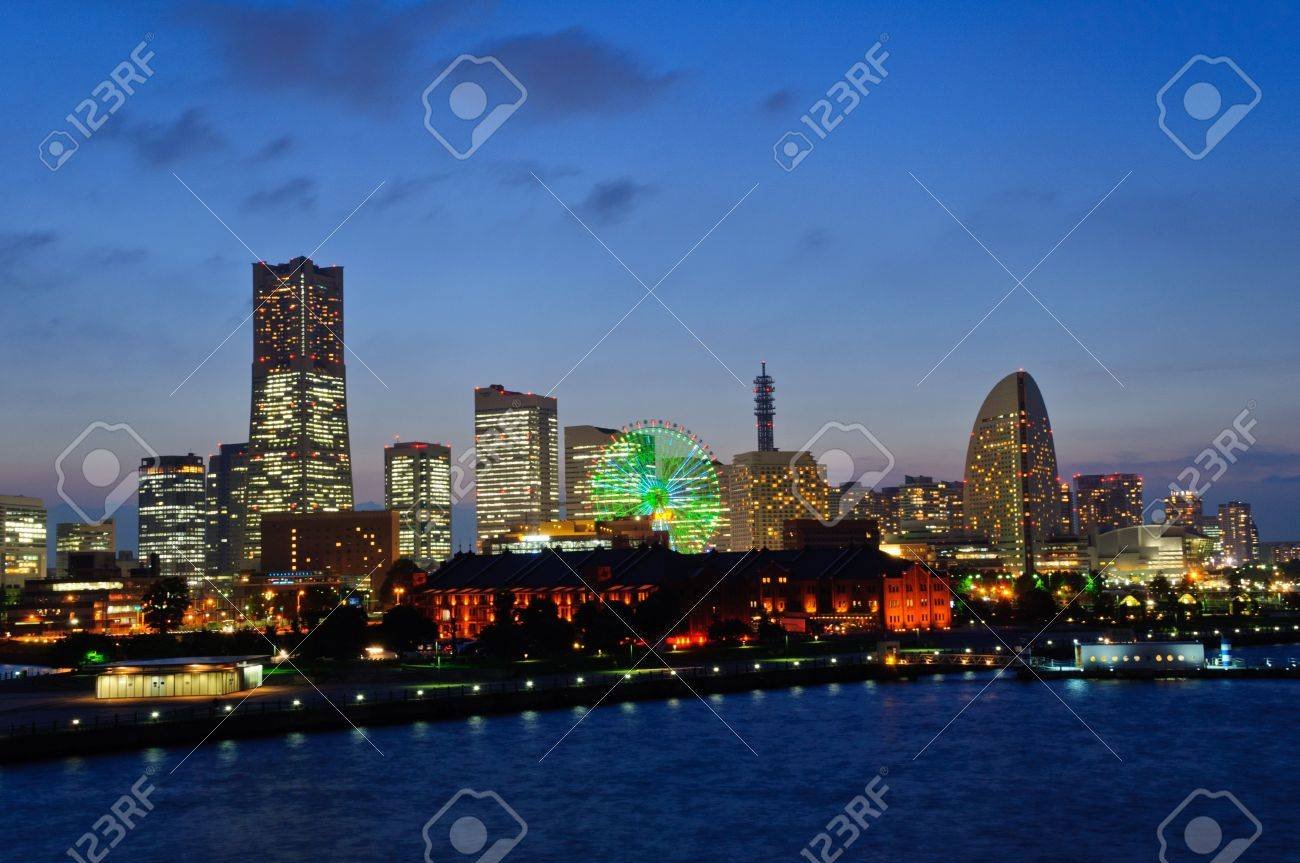 Minato Mirai 21 in der Abenddämmerung in Yokohama, Japan Standard-Bild - 10716273