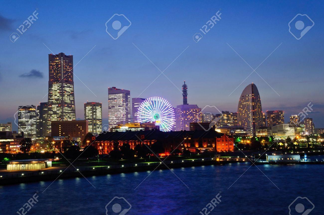 Minato Mirai 21 in der Abenddämmerung in Yokohama, Japan Standard-Bild - 10716274