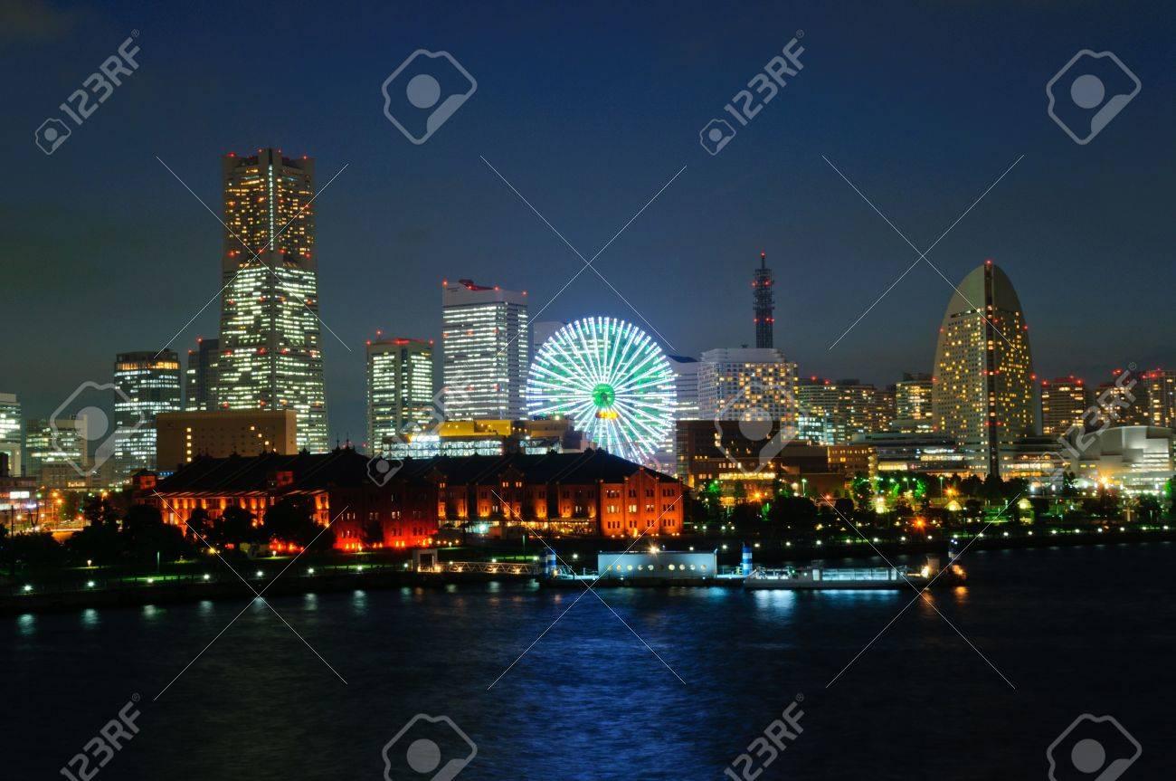 Minato Mirai 21 at dusk in Yokohama, Japan Standard-Bild - 10716270