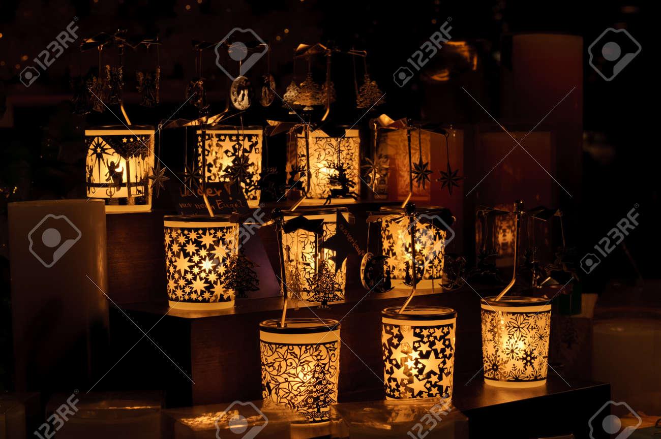 Kerzen auf dem Weihnachtsmarkt von Nürnberg in Deutschland Standard-Bild - 12387778