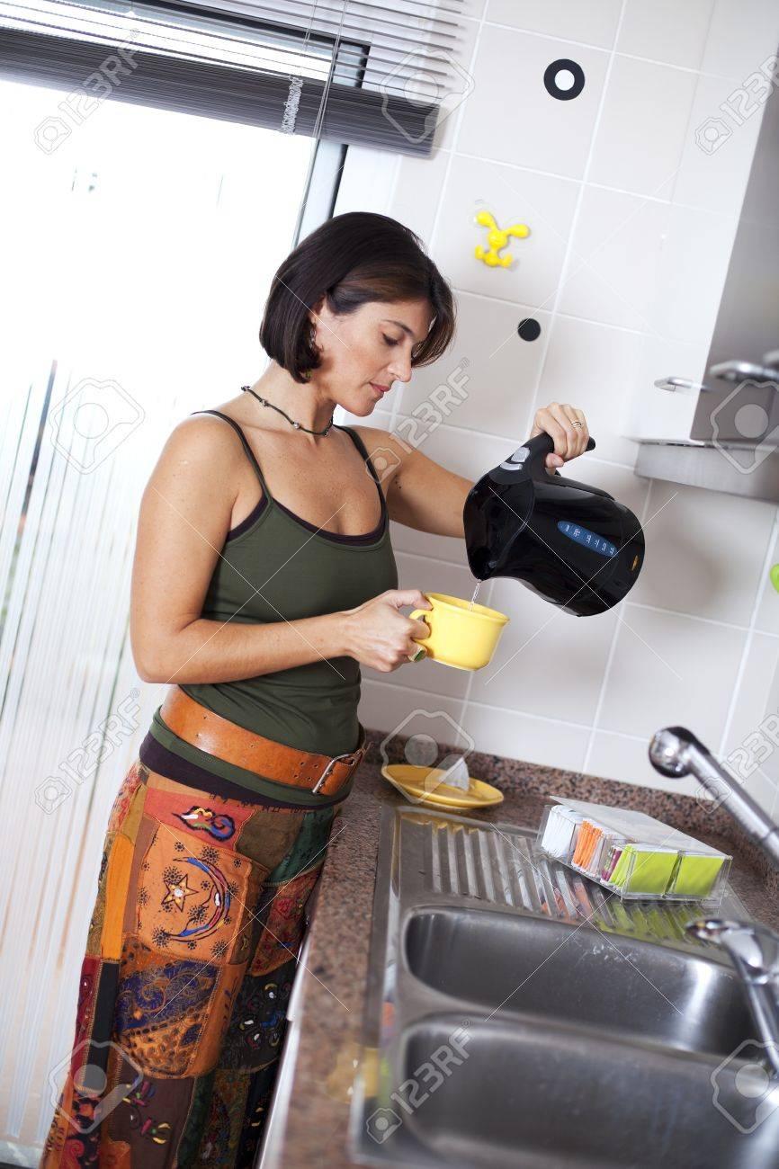 Donna moderna preparare tè presso la cucina (messa a fuoco selettiva con  poco profonde DOF)