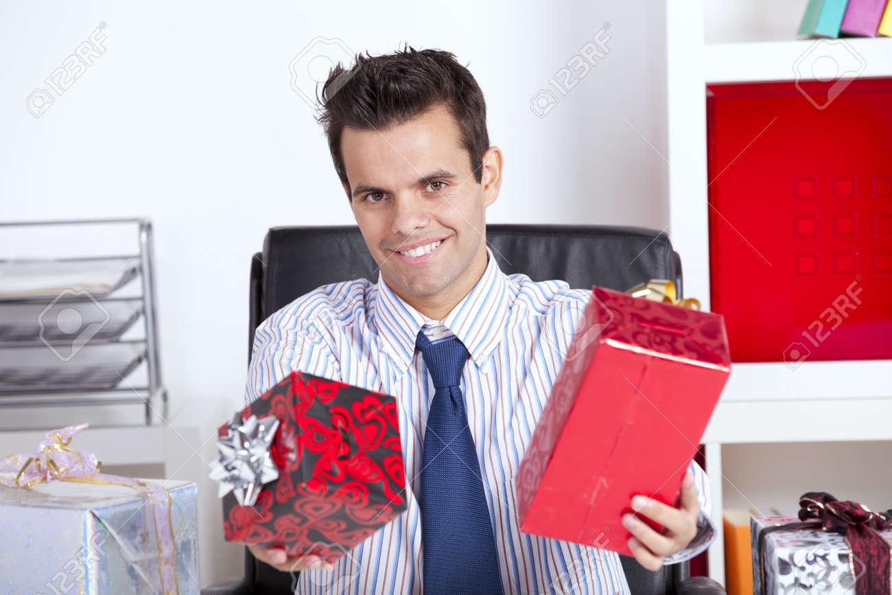 Happy Geschäftsmann In Seinem Büro Geben Weihnachtsgeschenke ...