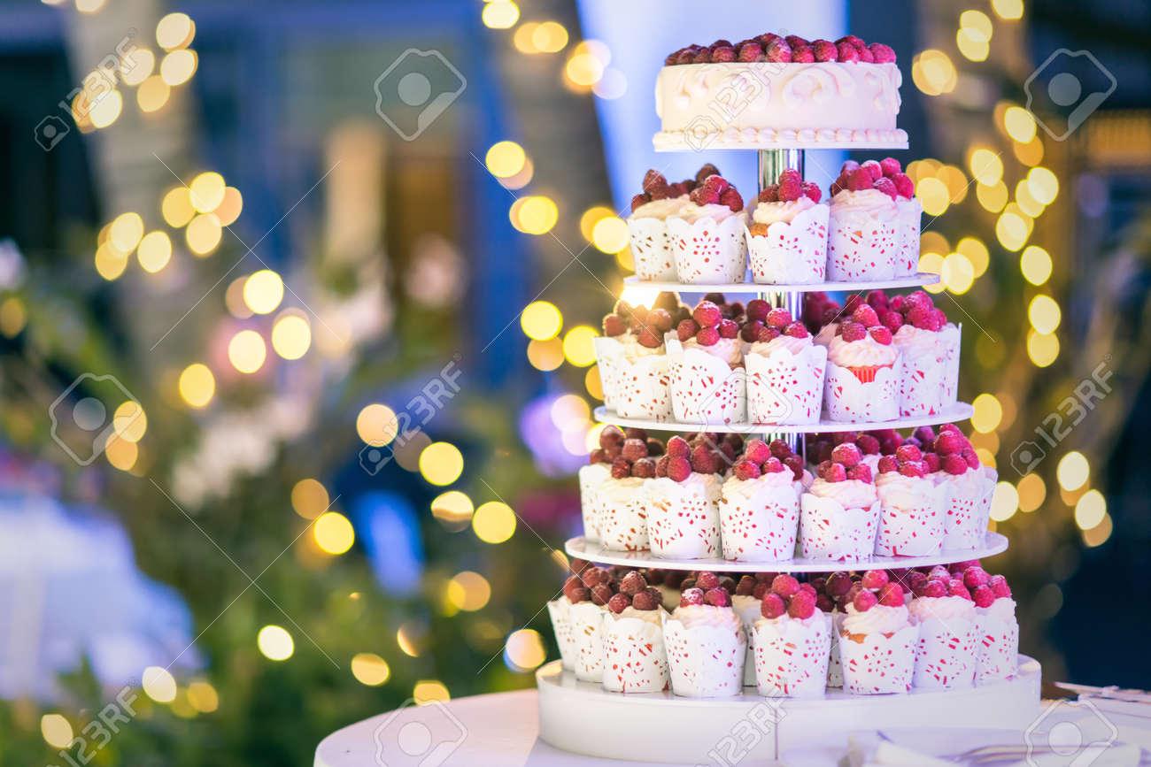 Susse Hochzeitstorte Mit Frischen Beeren Kuchen Mit Bokeh Hintergrund