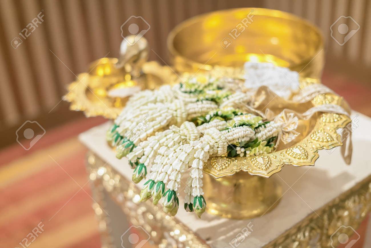 c2623066ac1f Archivio Fotografico - Installazione per la mano che versa nella cerimonia  di nozze thailandese.