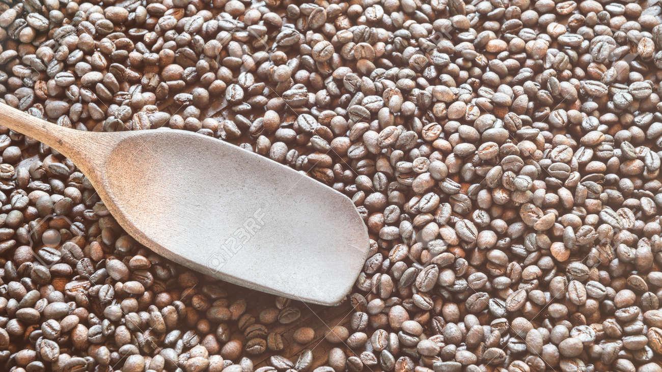Licht Gebrande Koffiebonen : Gebrande koffiebonen in de mand met houten pollepel kopiëren