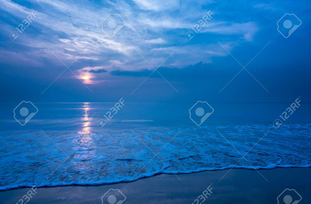 Schöne Einsamen Strand Und Glatten Schaum Welle In Der Nacht Copy