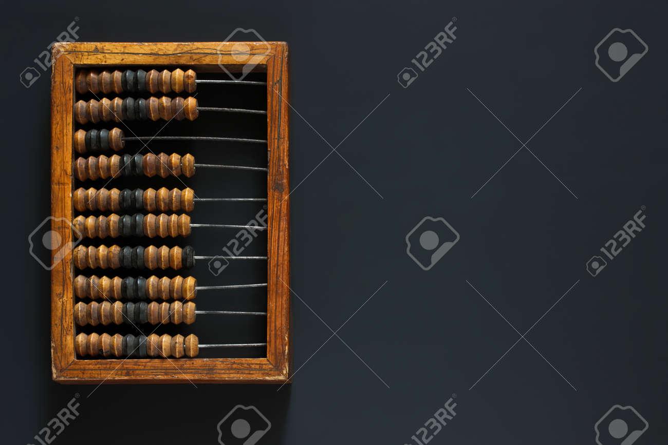 Vieux bois griffé abacus décimal vintage sur un ordinateur de bureau