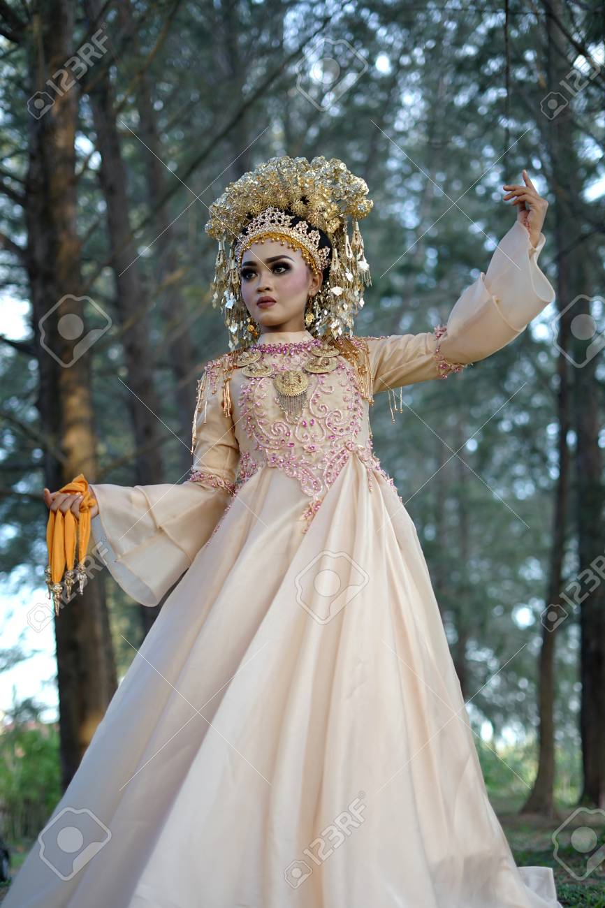 Traditional Wedding Dress | Beautiful Bride In Indonesian Traditional Wedding Dress Lizenzfreie