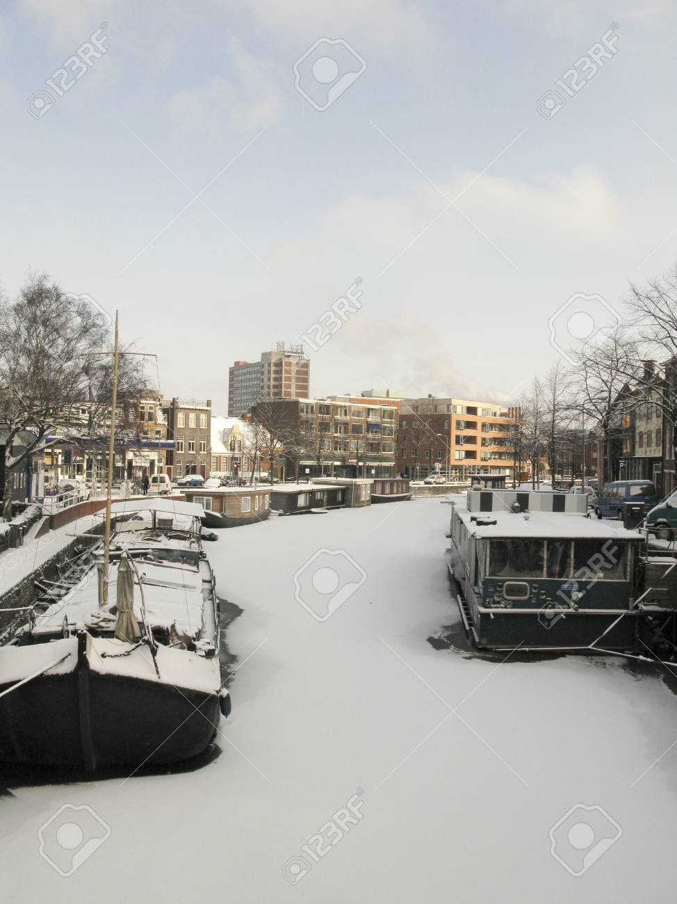 Frozen canal with houseboats in the Netherlands Stock Photo - 12754176