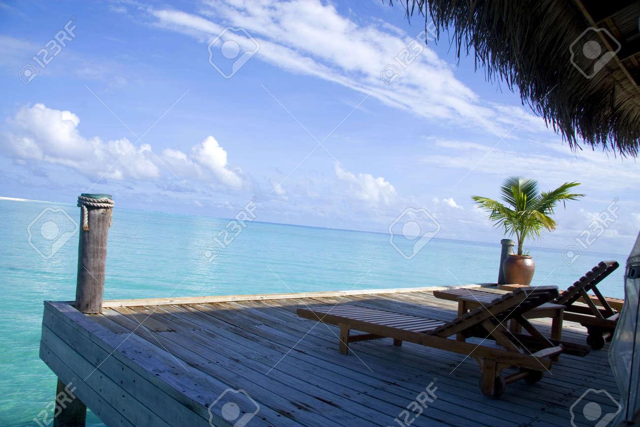 Due sedie sul balcone di una villa in maldive di fronte al mare ...