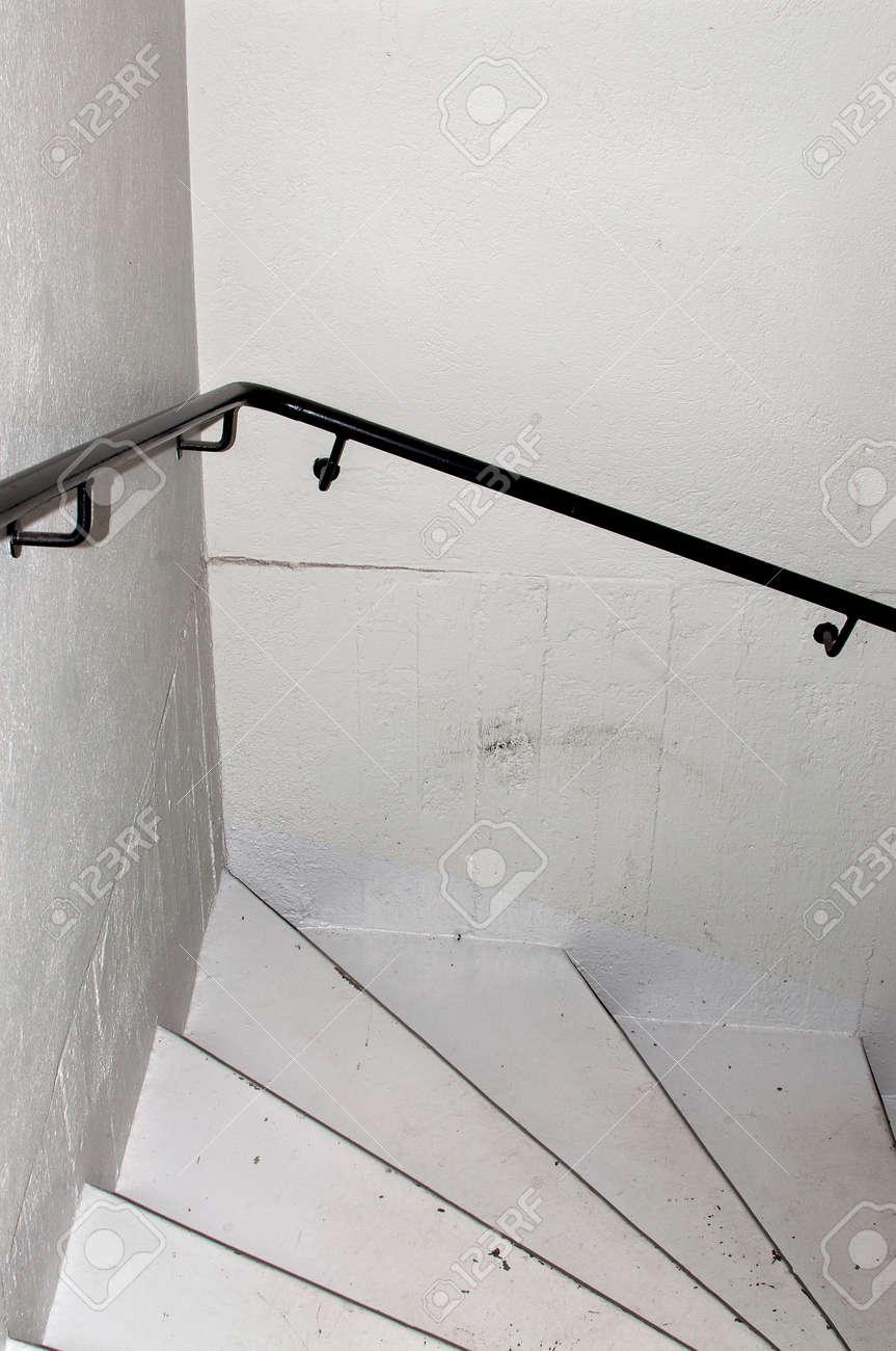treppe in minimalistischem stil bilder, weiße treppen schwarz geländer minimalistische grunge-stil, Design ideen
