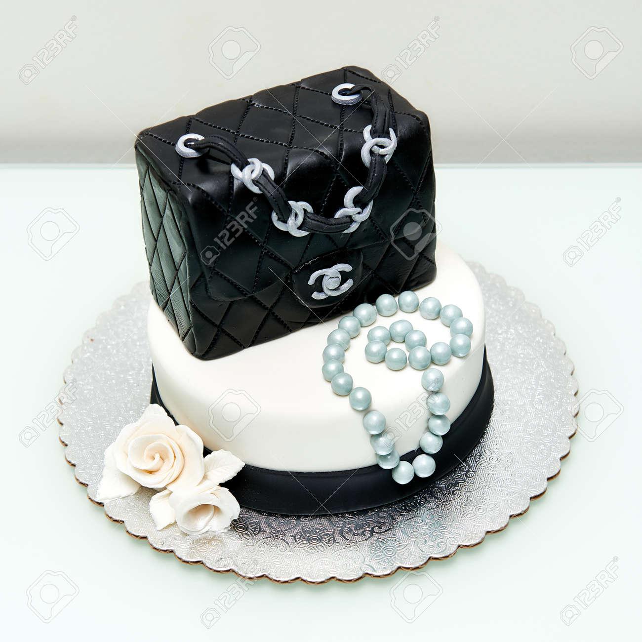 Homemade classic Chanel handbag in black fountain birthday cake. Stock  Photo - 72051286 b7e1a6e0ef9e5