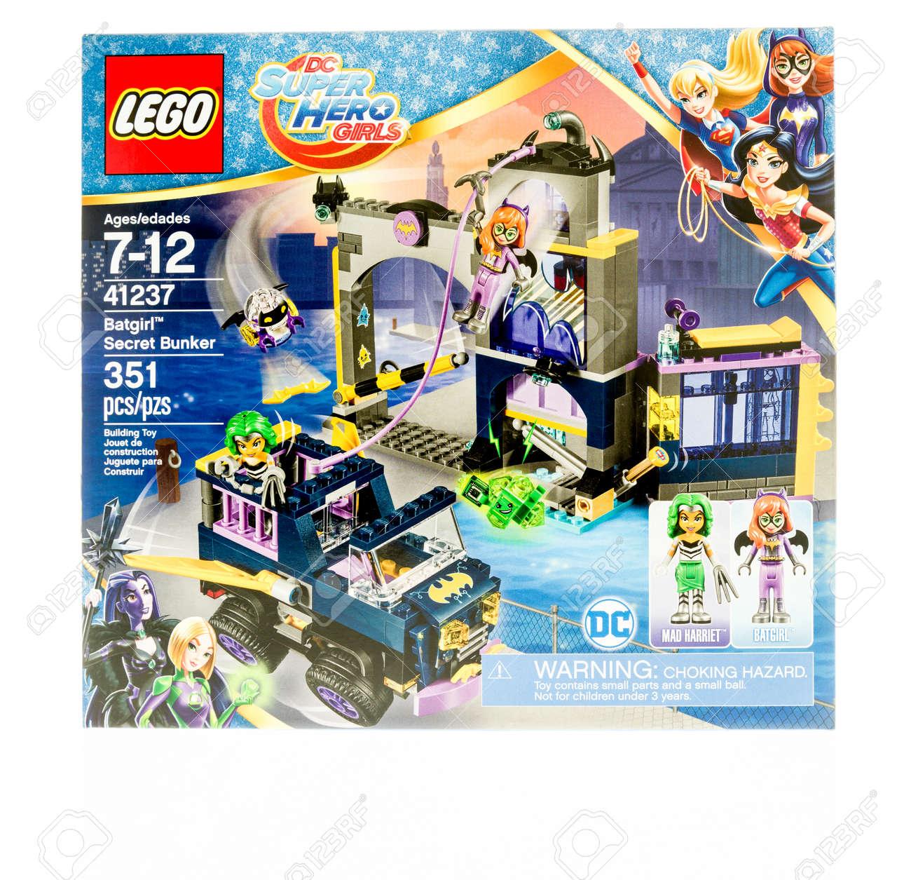 Fond Dc Mettant WinneconneWi Vedette Super De Secret En Girls Sur Isolé Avec Hero Batgirl Lego 19 Dans Bunker Boîte 2017Une Un Novembre 8nNm0Ovyw