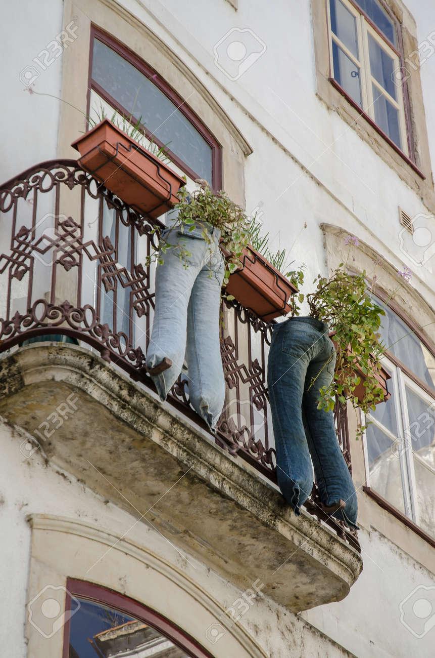 Moderna dei jeans riciclati vaso con piante su un balcone di un ...