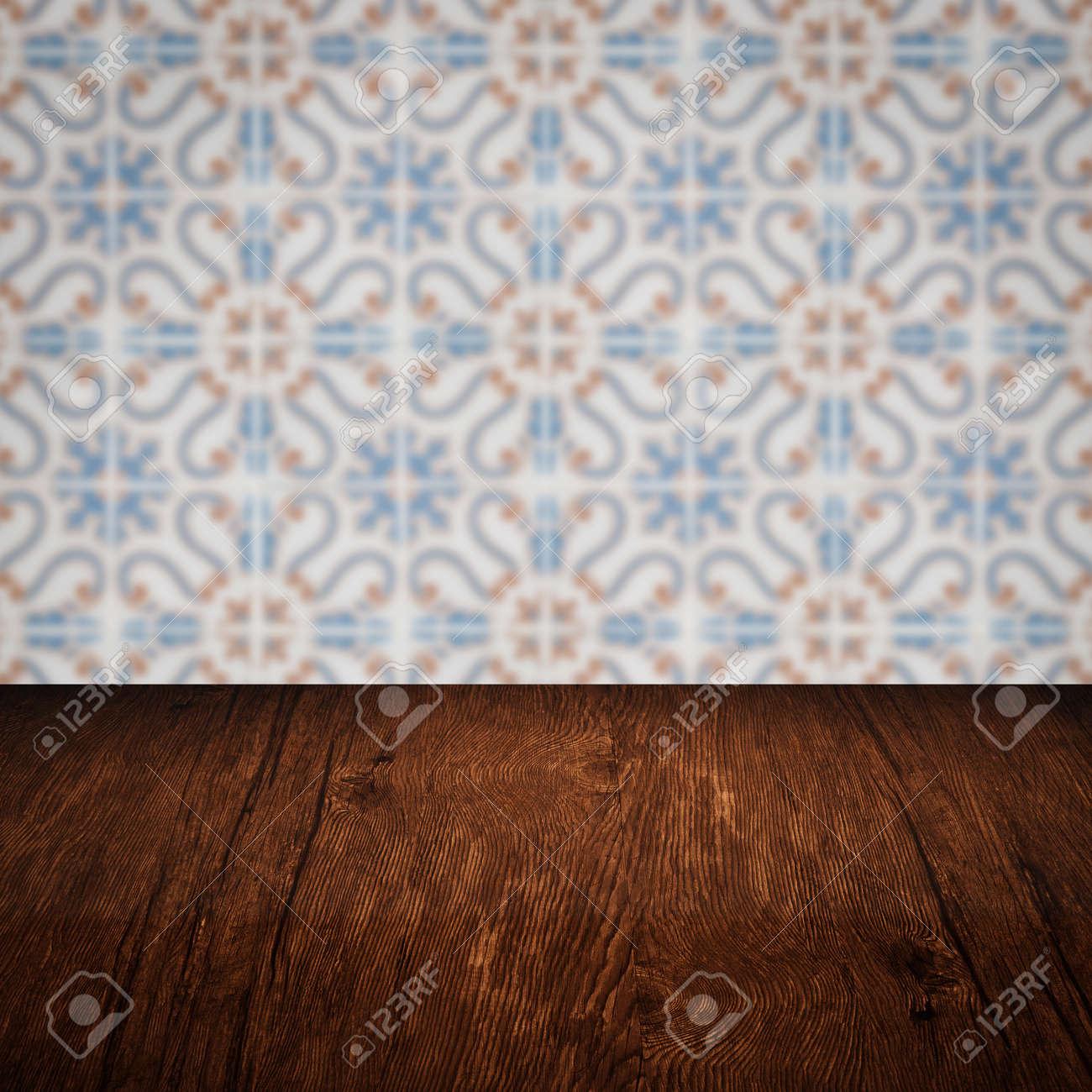 Wunderschön Muster Wand Ideen Von Leere Holztischplatte Und Unschärfe Vintage-fliesen Im Hintergrund,