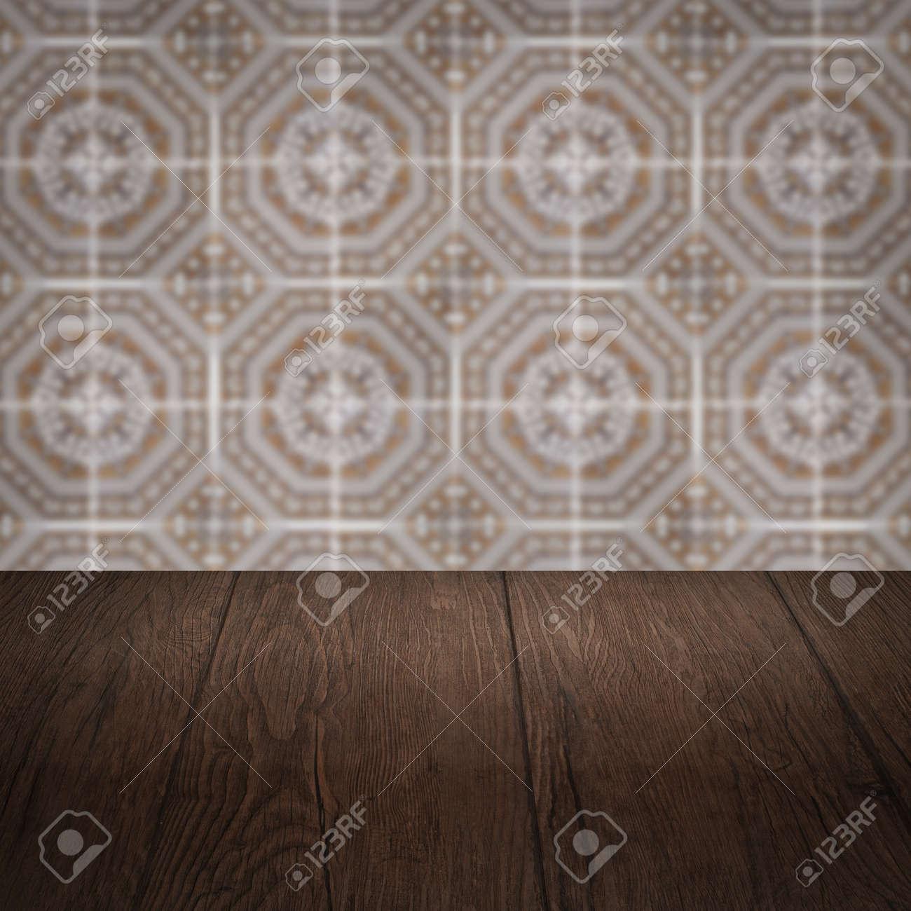 Leere Holztischplatte Und Unschärfe Vintage Fliesen Muster Wand Im  Hintergrund Standard Bild   39821862