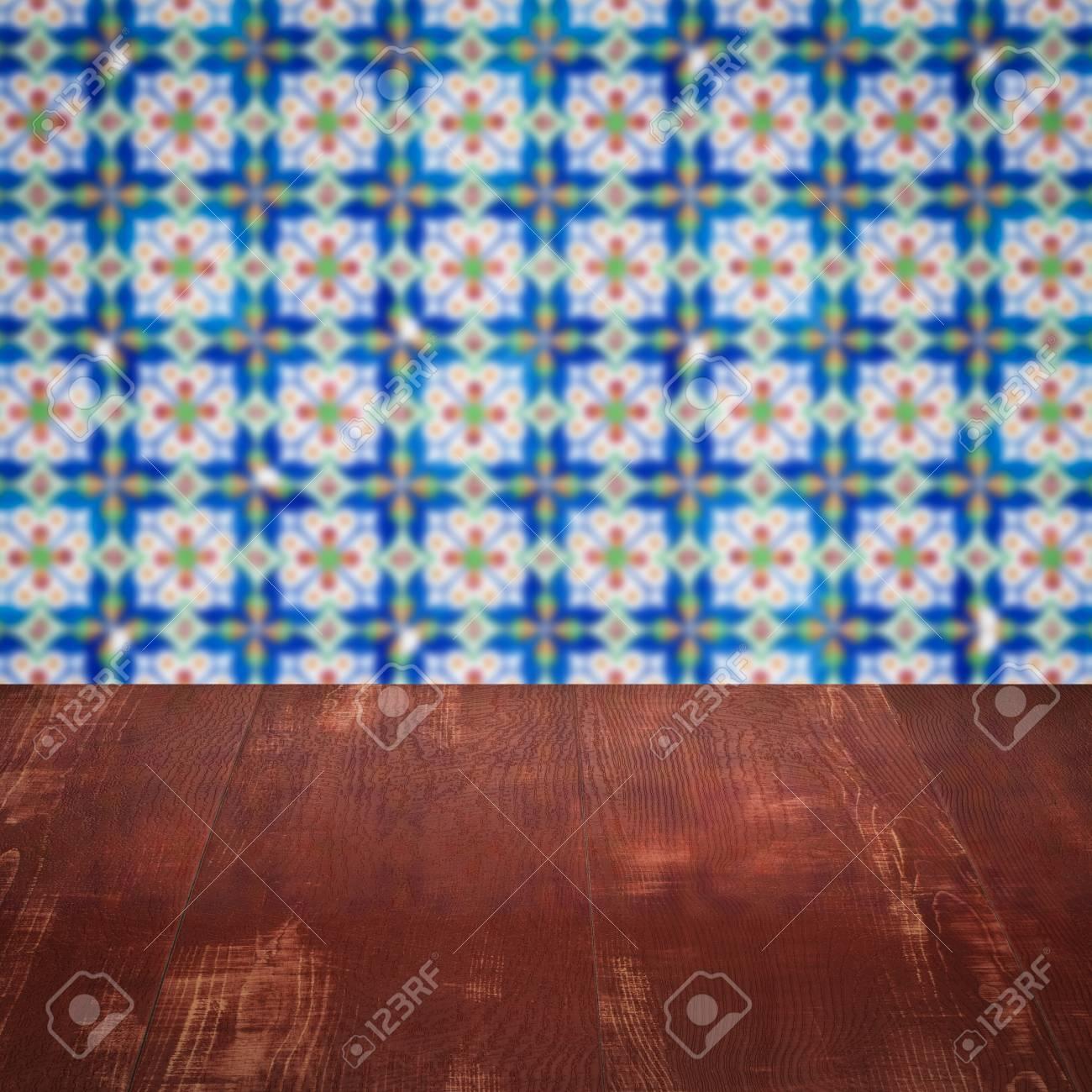 Künstlerisch Muster Wand Foto Von Leere Holztischplatte Und Unschärfe Vintage-fliesen Im Hintergrund,