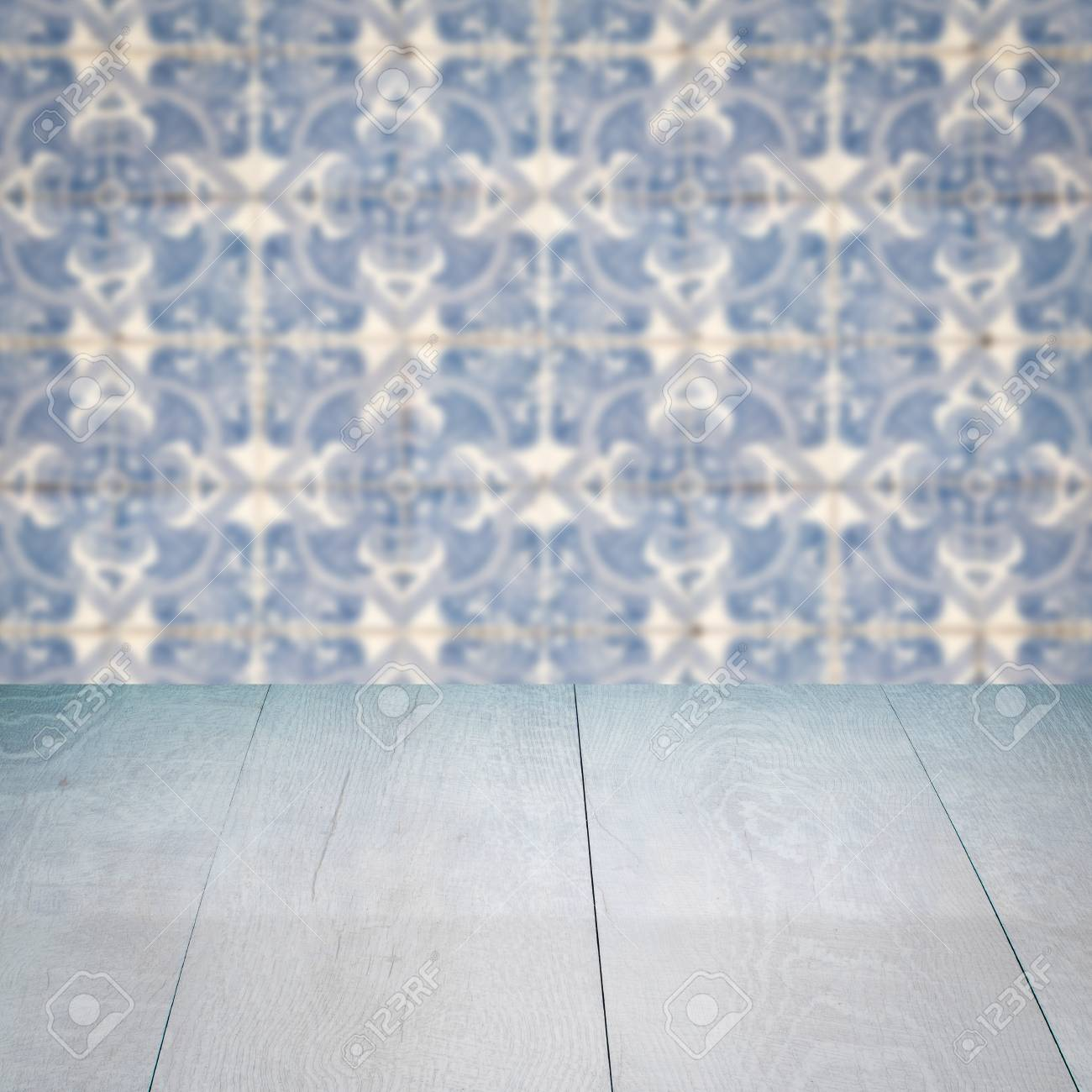 Leere Holztischplatte Und Unschärfe Vintage Fliesen Muster Wand Im  Hintergrund, Mock Up