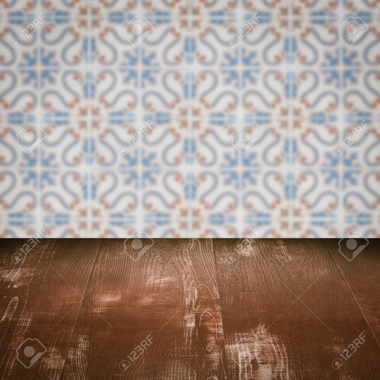 Bezaubernd Muster Wand Galerie Von Leere Holztischplatte Und Unschärfe Vintage-fliesen Im Hintergrund