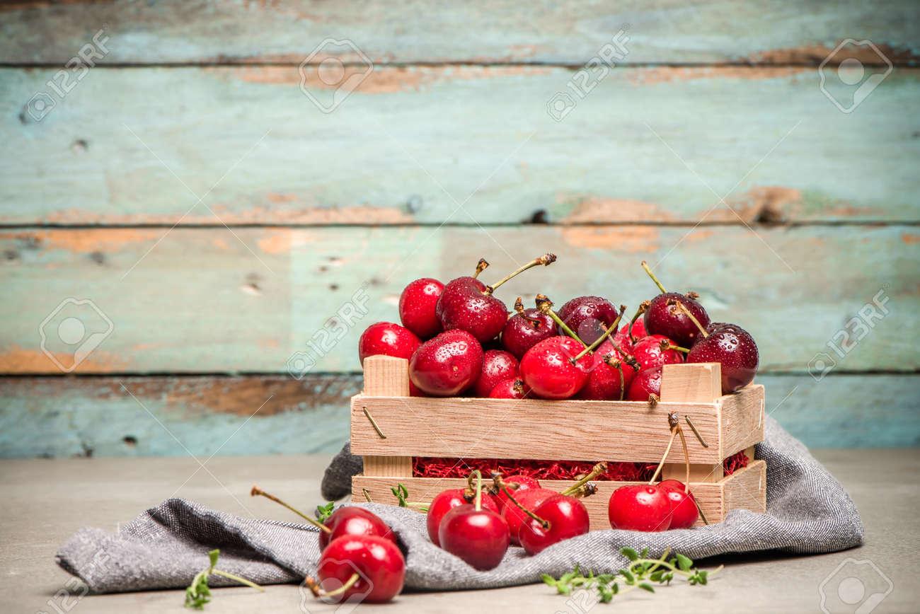 Rote Reife Kirschen In Der Kleinen Holzkiste Auf Kuchenarbeitsplatte
