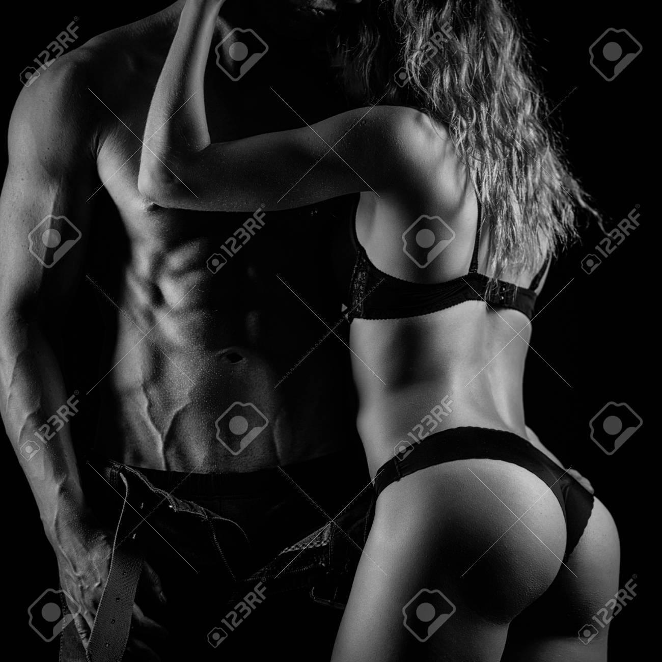 Photo Artistique D Un Couple De Fitness Etreindre Noir Et Blanc