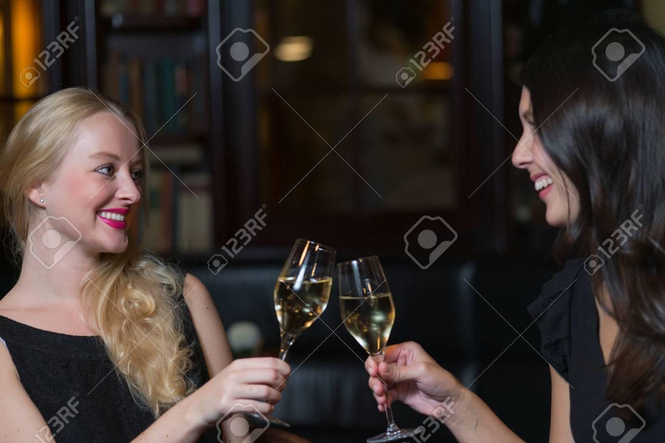 Zwei Schöne Elegante Frauen Freunden In Stilvollen Einfachen ...