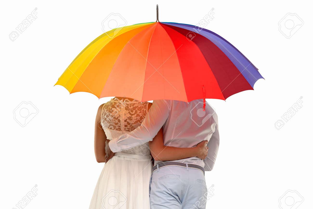 banque dimages trois quarts arrire dun couple romantique sous un parapluie color isol sur blanc - Parapluie Color