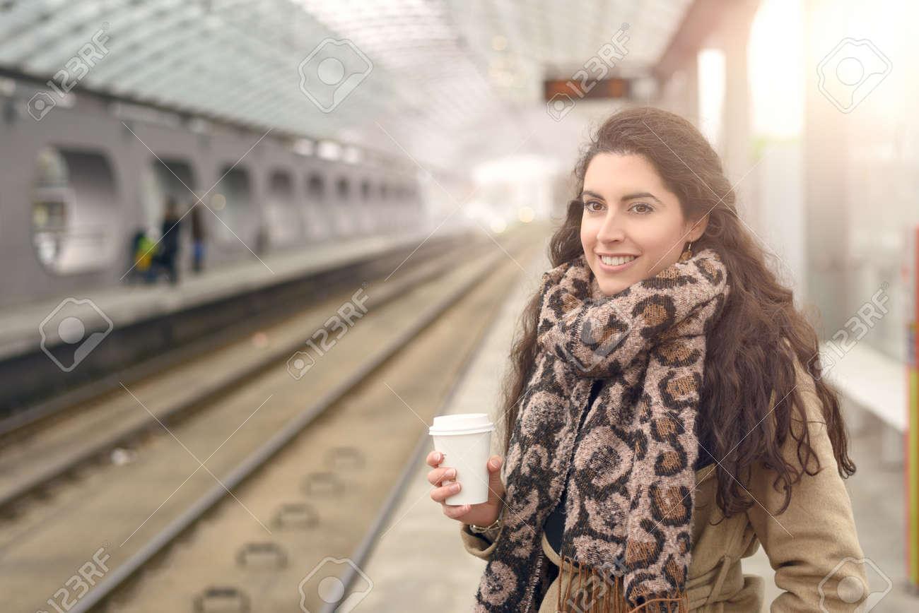 Invierno Un La Una Abrigo Pie Color En Mientras Marrón Sonriente Café Taza Solo Claro De Estación Mujer Mano Plataforma Está Y pxP6nSE